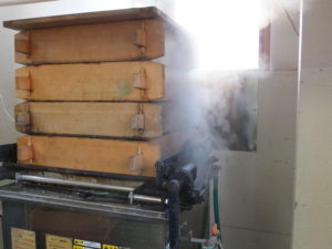 蒸し器を使う事により、ベチャつかずモチモチの食感に仕上がります